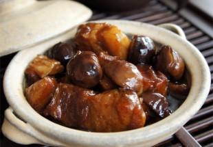 栗と皮付き豚三枚肉の醤油煮込み