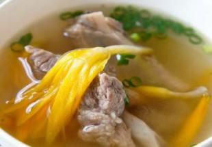 茯苓入り金針菜とスペアリブのスープ