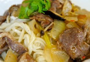 色々なキノコと夏野菜とラム肉の手打ちラグメン(過油肉拌麺)