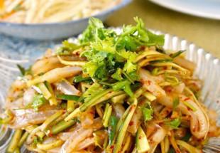 小麦澱粉のクレープとお麩と香菜のピリ辛合え(拌涼皮)