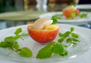 丸ごと桃のシーフードサラダ(蜜桃海鮮沙拉)