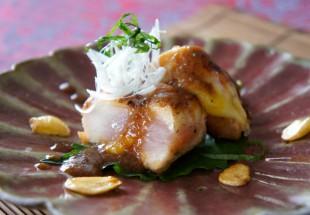 鶏胸肉のとろけるジューシーステーキ、梅紫蘇とニンニク醤油ソース